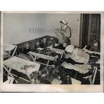 1940 Press Photo Lodz Poland nurses care for German refugee children