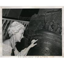 1939 Press Photo Ann Stewart Freeman points to misspelled Liberty Bell