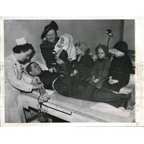 1944 Press Photo Thomas Gonnella with Family at Red Cross Blood Donor Service