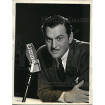 Press Photo Walter Woolf King, host of Flying Red Horse Tavern - orp20088