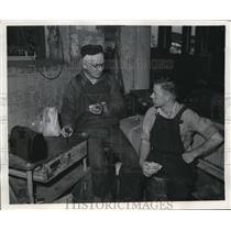 1946 Press Photo Apprentice Ken Gallagher, Charles Ohm at a machine shop
