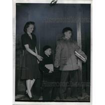 1943 Press Photo Mrs. Ralph T. King with Warren & Ralph II