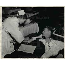 1943 Press Photo Commander Tunney of U.S.N donating blood to Red Cross