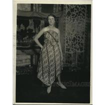 1920 Press Photo Woman Wearing Javanese Batik Dress - nex58771