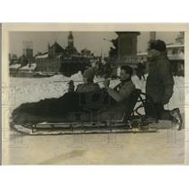 1927 Press Photo ST. O'Brein, Spencer von Steinmetz Hold Longest Cigarettes Sled