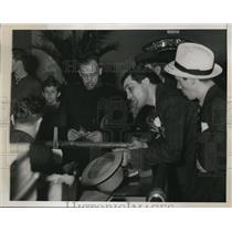 1938 Press Photo Steve Hamas at hospital to see bxer Max Schmeling - nes25308