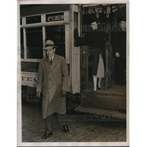 1925 Press Photo A Man & his wife stepping off a trolley car