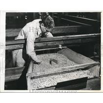 1943 Press Photo Synthetic Rubber in Chute, United States Rubber Company