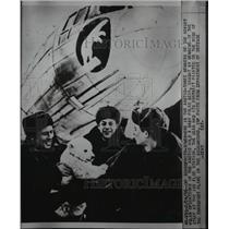 1956 Press Photo Members of the Soviet Polar Operations hold baby polar bear