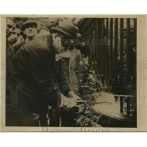 1942 Press Photo Soviet Amb. M. Maisky makes scrap of Soviet Embassy fence, WWII
