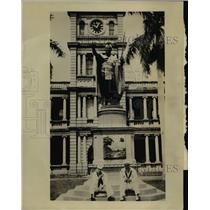 1923 Press Photo Sailors at Hawaii statue of King Kamehamaha I