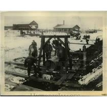 1934 Press Photo Buffalo NY sewer workers in freezing tempatures - nee02948