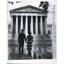 1952 Press Photo Mr. and Mrs. Kenneth R. Moore front of supreme court Washington