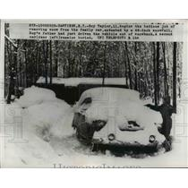 1958 Press Photo Hastings NY Roy Taylor age 11 clears snow from family car