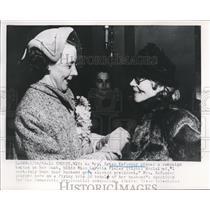 1952 Press Photo Mrs. Estes Kefauve and Miss Loretta Finley - nee02624