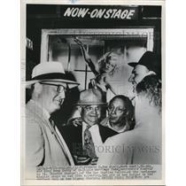 1952 Press Photo Francis H. Van Wie surrends to Lt. Chester Sharpie, Bigamy