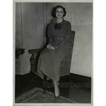1933 Press Photo Mary Ellison Wears Green Dress at Women's Athletic Fashion Show