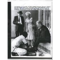 1958 Press Photo Sidney Smith gets shoe shine attending inauguration Trindad