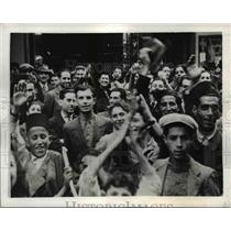 1942 Press Photo American soldiers arrive in Oran and are welcomed by Algerians