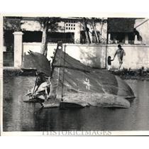 1986 Press Photo A man and his child at the U.S. Air Force plane wreckage