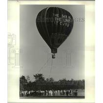 1984 Press Photo Hot air balloon rides for frosh at CWRU Vallevue farm