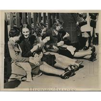 1939 Photo girls enjoy lunch during strike Siemens Brothers Co. London