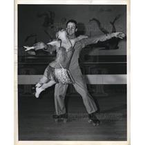 1943 Press Photo Gloria Nord & Bill Leighton on ice skates - nes26215