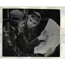 1942 Press Photo Cadets Norman T. Hardee and Claude V. Garner muse over the map