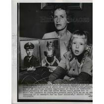 1955 Press Photo Mrs. John Arnold and daughter Sally with photo of Col. Arnold