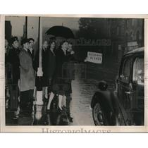 1940 Press Photo In London Motorists Are Acting as Taxis Due to German Air Raids
