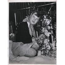 1947 Press Photo Ruth Wilde picks one last bouquet in Wyoming - nee09600