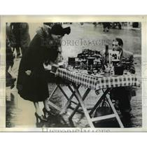 1942 Press Photo of a street vendor selling housewares in Marseilles, France.