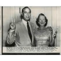 "1956 Press Photo George P Mahoney and wife give ""V"" for victory, Baltimore, MD"