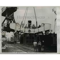 1938 Press Photo The American Robin loading up a 200 inch telescope - nee16372