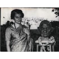 1966 Press Photo India's Lady Prime Minister Indira Gandhi With Statue of Gandh