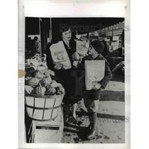 1942 Press Photo Gerald Darrow E Darrow Carry Home Groceries World War II