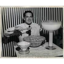 1966 Press Photo Dick Schafrath of Cleveland Browns & king size breakfast