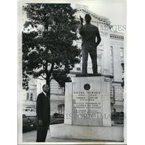 1962 Press Photo Leroy R Johnson with Statue of Gene Talmadge, Atlanta Georgia