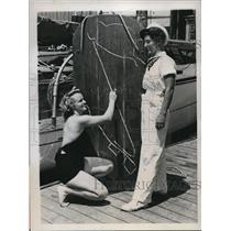 1937 Press Photo Lou Sawtelle Dot Munson Aquatic Race Santa Catalina California