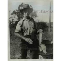 1933 Press Photo NY State Fish Hatchery Fred Gardiner dietician - nee17116