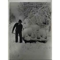 1938 Press Photo Chicago Motorist Digging out his Vechile - nee23036