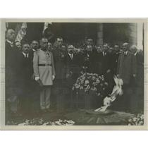 1927 Press Photo General Pater and Gourand at Unknown soldiers grave in Paris