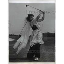 1946 Press Photo Mrs. J.R. Crossley won Second prize of Goofy Golf Tourney