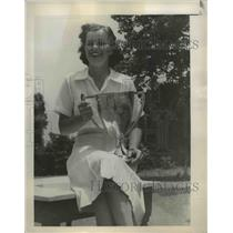 1940 Press Photo Lily Harper Martin of Portsmouth victoriously holds her trophy