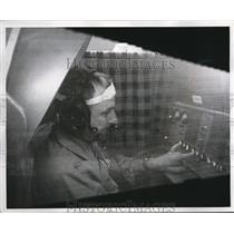 1960 Press Photo William Lane locked in Lockheed Human Factors Research Lab