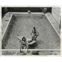 1959 Press Photo Sanford Laven's Pool Built by Aquapools with Family - nee21945