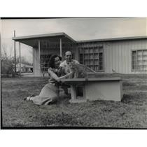 1955 Press Photo Mr & Mrs Roger White at home in Lake Charles, La. with cat