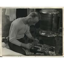 1933 Press Photo Tony Rogers Sharpening Skate Blades at Race in Syracuse