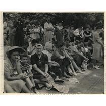 1945 Photo tired spectators sit on Pennsylvania Ave curb await war news