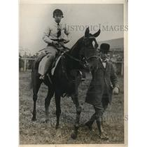1927 Press Photo Miss DE Daunder on horse Fay Toy at Newmarket track - nes26813